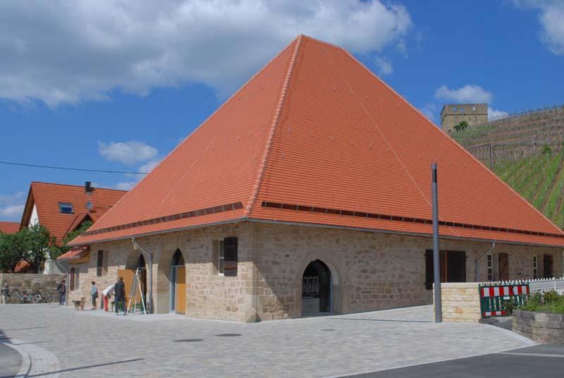 Glockenkelter in Stetten mit Y-Burg im Hintergrund