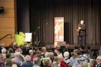 Chris Vandenberg unterhält die Gäste beim gemeinsamen Seniorenmittag