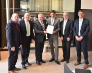 Baden-Württembergs Tourismusminister Guido Wolf übergibt den Förderbesdcheid für vier Wohnmobilstellplätze im Rems-Murr-Kreis
