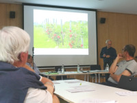 Der Ex-Beigeordnete Horst Schaal erläutert den Wengertern das Leitlinienkonzept