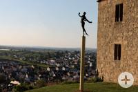 Yburg mit Nuss Skulptur