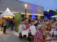 Bürger genießen auf dem Bürgerhausplatz den lauen Sommerabend