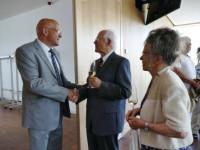 Bürgermeister Altenberger gratuliert dem 80-jährigen Jubliar und Altbürgermeister Werner Jäkle