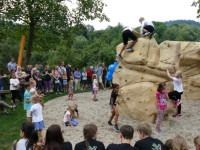 Kinder bevölkern die Boulderfelsen