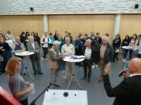 Bürgermeister Altenberger begrüßt die Schüler, Lehrer und Betreuer im Foyer