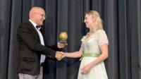 Bürgermeister Stefan Altenberger übergibt Ronja Haap den Rosenkohl-Pokal