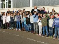 Bürgermeister übergibt Zertifikat an Schulleiterin, Lehrer und Schüler