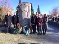 Bürgermeister, VdK-Vorsitzender, Schüler und Lehrer beim Mahnmal auf dem Friedhof Rommelshausen