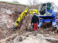 Spinnenbagger bei der Guckenbrunnen-Sanierung im Einsatz