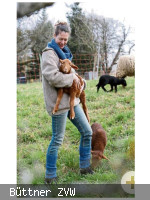 Frau hält ein braunes Lamm im Arm