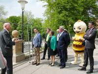 Politiker und Medienvertreter besichtigen den Schlosspark der Diakonie Stetten