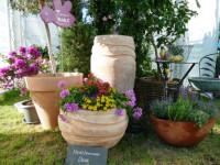 Der blumige Kubus als mediterrane Oase mit Terracottatöpfen und üppigen Pflanzenbouquets