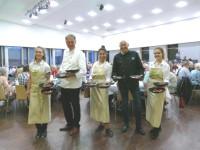 OB Arnold und Bürgermeister Altenberger mit Serviererinnen im Saal