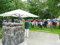 Rund 50 Besucher kamen trotz strömenden Regens ins den Schlosspark