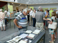 Besucher besichtigen die Ausstellungsstücke im Foyer des Bürgerhauses