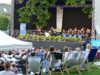 """Simone Herter dirigiert ihre Komposition """"Pictures of Faith"""" auf der Schlosspark-Bühne"""