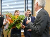 Benedikt Paulowitsch (Mitte) mit seiner Verlobten Chantal Wende und dem Beigeordneten Peter Mauch