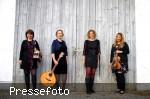 vier Musikerinnen mit Streichinstrumenten