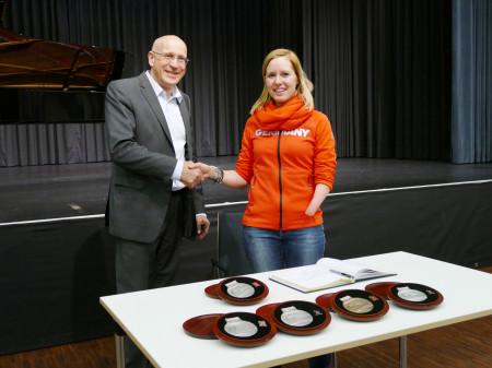 Bürgermeister Altenberger gratuliert der Sportlerin