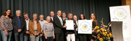 Gemeinderäte, Bürgermeister, Sozialamtsmitarbeiter und Hans-Jürgen Meinhardt von der AG Netzwerk Familie Bade-Württemberg