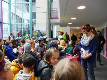 Rathausmitarbeiter verteilen Gummibärchen