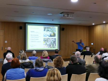 Wolf Grünenwald präsentiert in Saal 2 des Bürgerhauses das Kernener Gartenschau-Programm