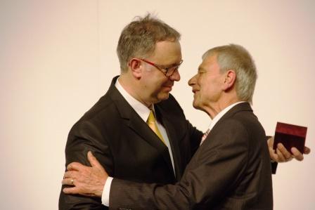 Dombovars Bürgermeister überreicht Gerd Mannuß die Goldene Ehrennadel