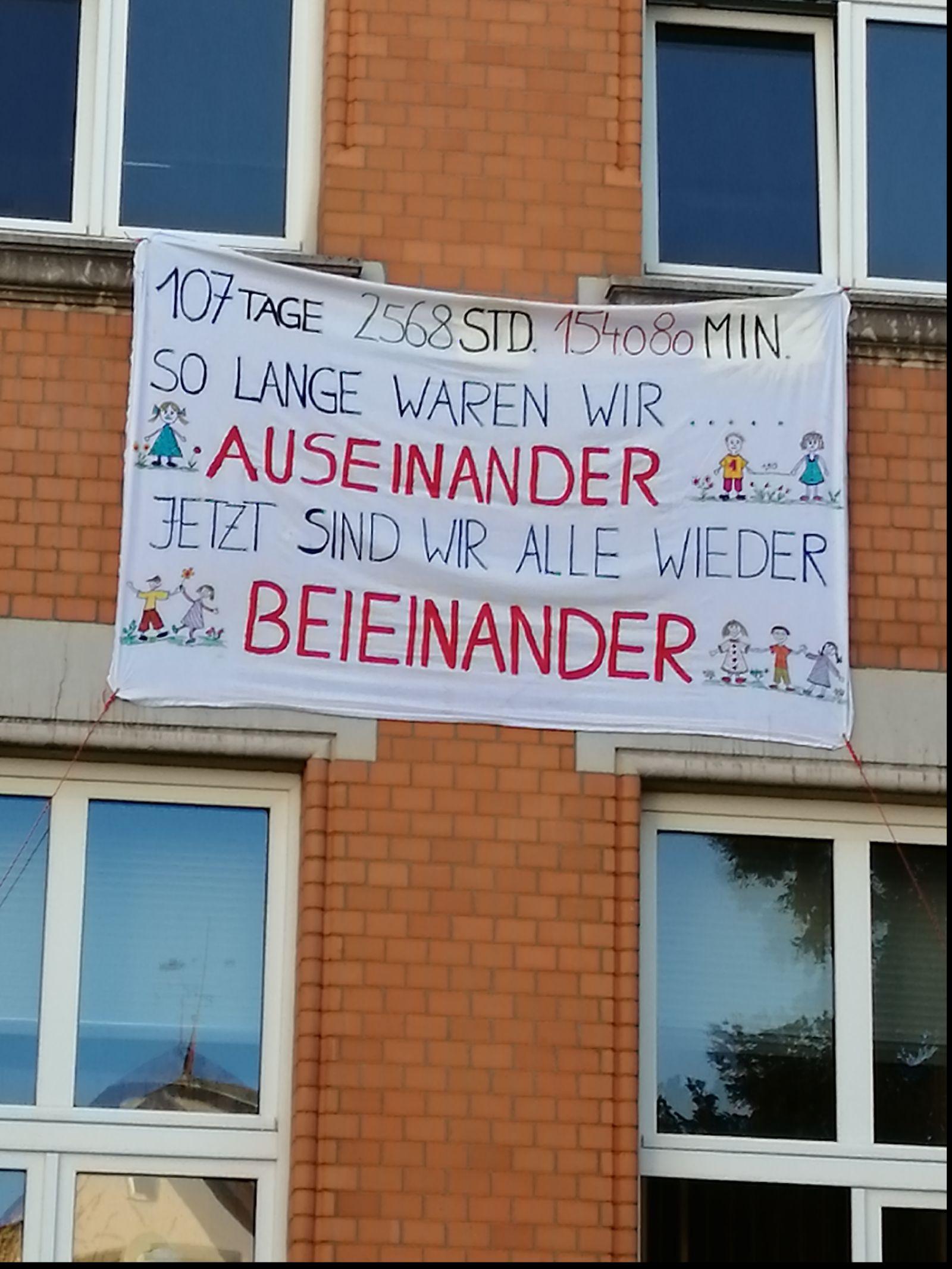 Ein Wiedersehens-Plakat hängt an der Alten Schule im Ortsteil Stetten