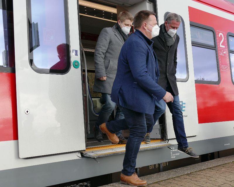 Gefährlicher Spalt am S-Bahn-Halt Rommelshausen. Von links: Bürgermeister Paulowitsch und die beiden Landtagsabgeordneten Paal (CDU) und Haußmann (FDP) beim Ausstieg aus der S 2 in Fahrtrichtung Schorndorf.