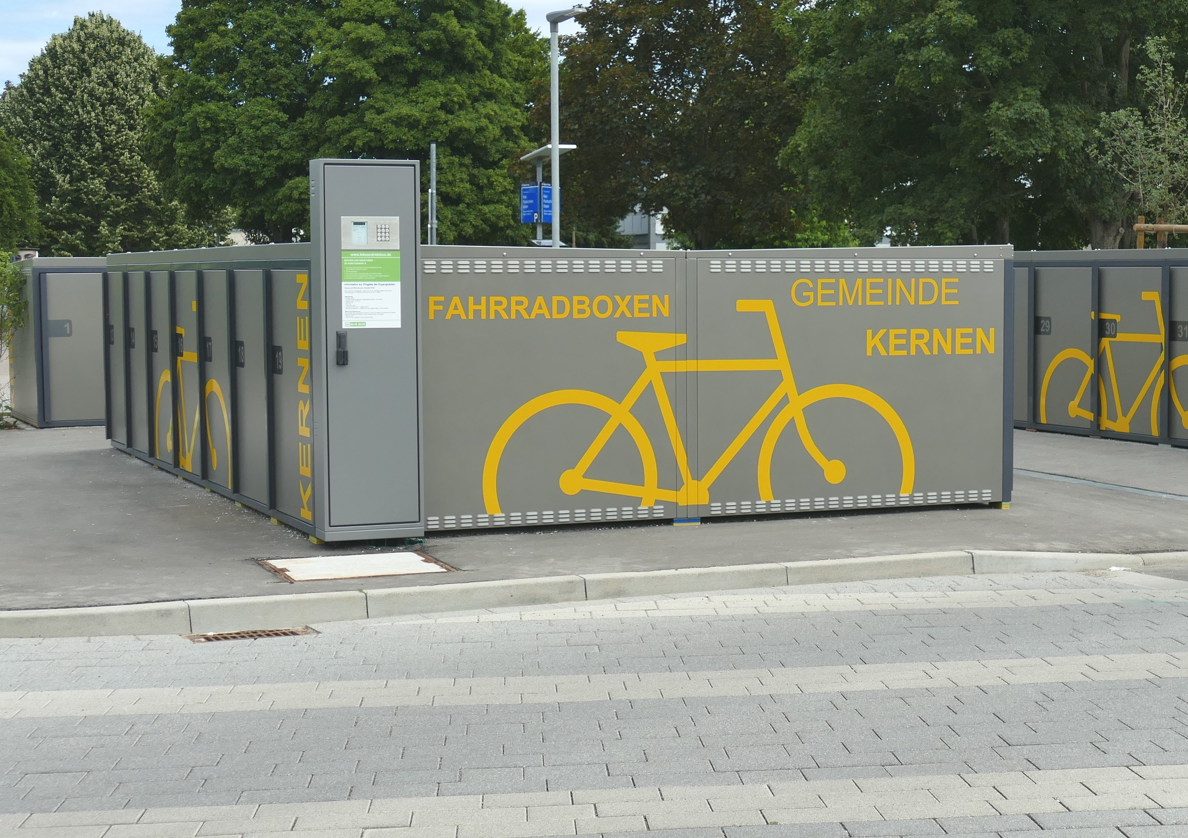 Abschließbare Fahrradboxen beim Bahnhof Rommelshausen.