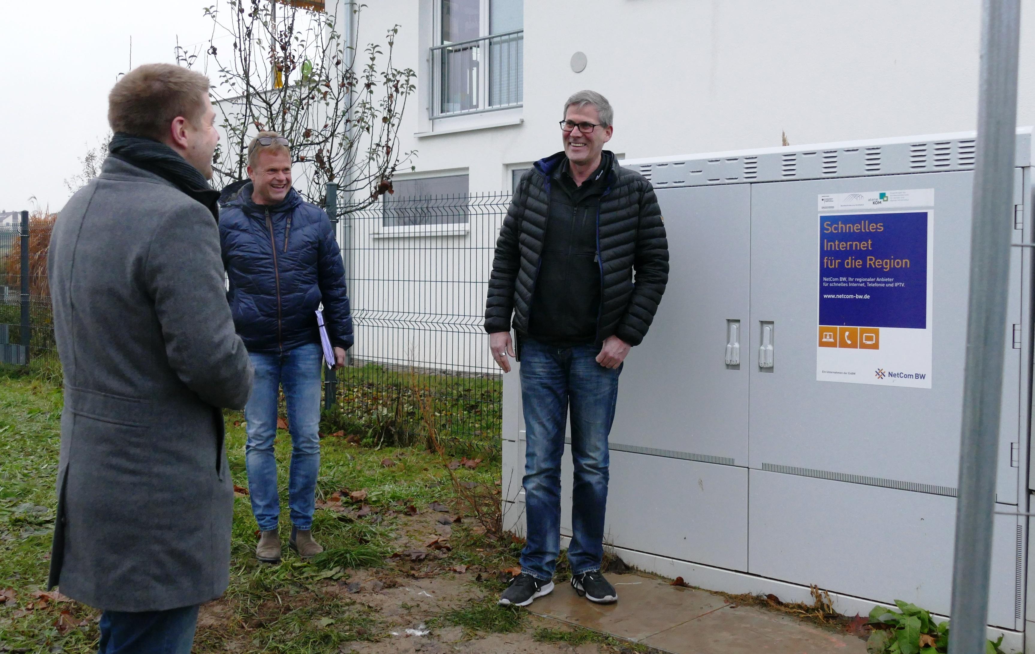 Bürgermeister Paulowitsch, Tiefbau-Fachmann Ralf Bulling und Harald Hoffmann von ACTIV Werbetechnik vor dem neuen Verteilerkasten mit den schnellen Glasfaserleitungen.