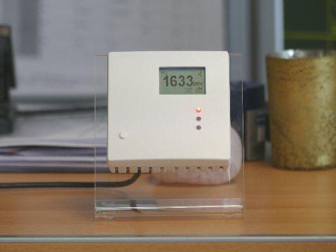 Durch direktes Anpusten springt die Ampel auf 1.633 ppm und damit auf Rot.