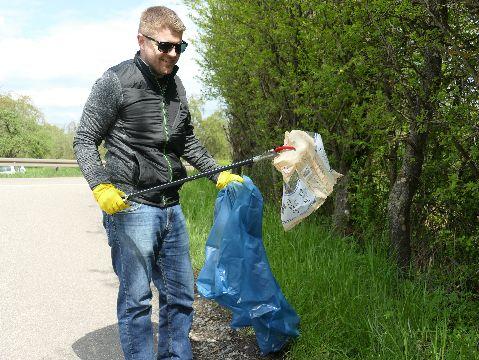 Bürgermeister Paulowitsch fischte beim Wanderparkplatz Hirtenstraße eine Plastikverpackung aus dem Gebüsch.