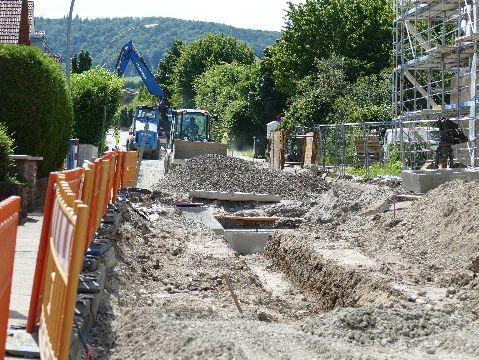 Baumaßnahme Seestraße: Wasser- und Abwasserkanäle sind bereits fertiggestellt, die Baugrube weitgehend verfüllt. (Bild: Gemeinde Kernen)